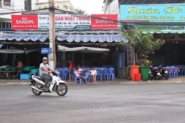 Nhà hàng hắt đồ ăn vào người khách ở Nha Trang