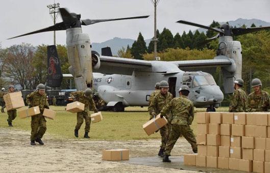 Máy bay lên thẳng của quân đội Hoa Kỳ giúp người dân Nhật Bản vận chuyển hàng hóa cứu trợ. Ảnh: Japan Times