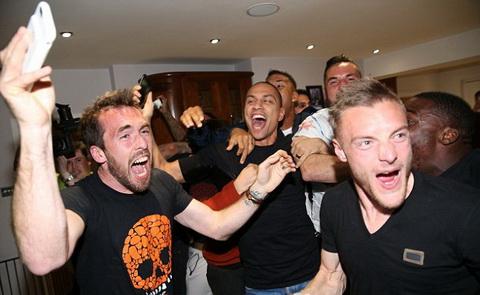 Cầu thủ Leicester ăn mừng ở nhà của Vardy