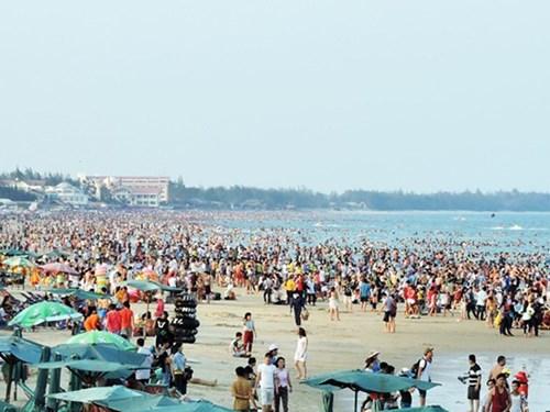Bãi biển Vũng Tàu đông nghịt nhưng không có rác