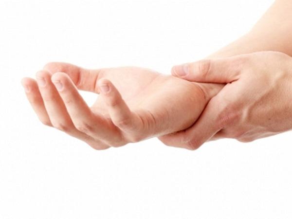Sử dụng điện thoại để nhắn tin quá nhiều sẽ khiến tay bị đau nhức.