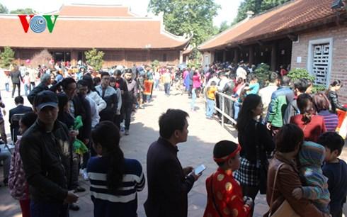 Người dân xếp hàng dài dưới trời nắng để xin chữ bên trong Văn Miếu.