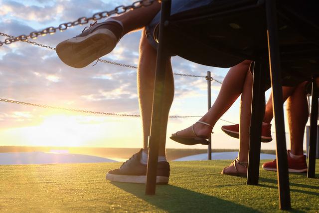Đàn ông cũng có thói quen bắt chéo chân trên đầu gối