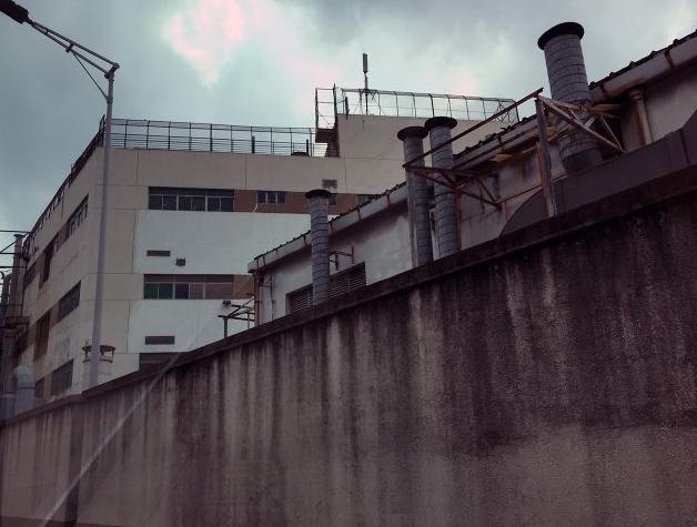 Khu nhà ký túc của công nhân được rào bao quanh để tránh tự tử (Nguồn: Recode)