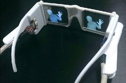 Kính thông minh với hình ảnh hiển thị một người ở trên mắt kính. Ảnh: Stephen Hicks.