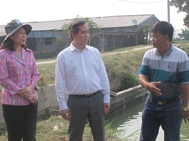 Thống đốc Nguyễn Văn Bình và lãnh đạo tỉnh An giang thăm ao nuôi cá tra trong chuỗi liên kết nghị quyết 14 của ông Nguyễn Văn Tấn, xã Bình Thủy, huyện Châu Phú, An Giang