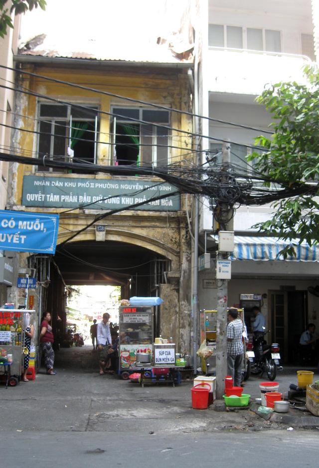 Cổng hẻm 158 Nguyễn Công Trứ (Q.1, TP.HCM) dẫn vô khu nhà Chú Hỏa - Ảnh: HỒ TƯỜNG