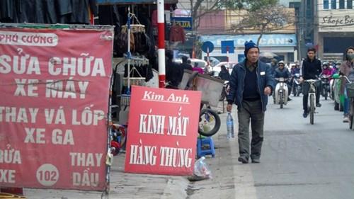 Phố Đào Duy Anh, hàng hoá, biển quảng cáo tràn ra tận lòng đường