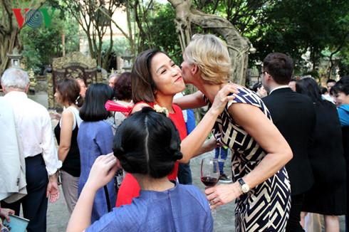 Ca sĩ Mỹ Linh và bà Camilla Mellander-Đại sứ Thủy Điển tại Việt Nam