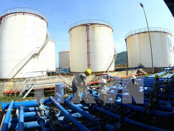 Giá dầu liên tục thủng đáy trong năm 2015 đã khiến ngân sách hụt thu riêng về lĩnh vực này hàng chục nghìn tỷ đồng. (Ảnh: TTXVN)