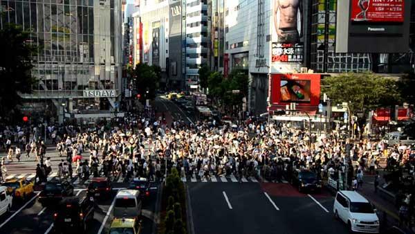 Một giao lộ nằm tại quận Shibuya, Tokyo, Nhật Bản, được coi là một trong những giao lộ đông đúc nhất thế giới.