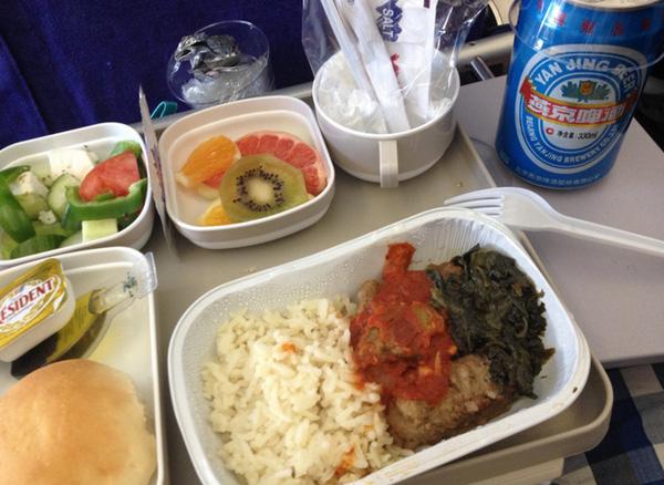 Cơm bình dân và hoa quả theo mùa tại khoang phổ thông của Air China.