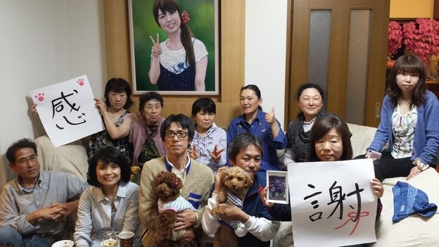 Yasuo và gia đình chụp hình tưởng niệm bên di ảnh của Emi (Ảnh: Gia đình Narita)
