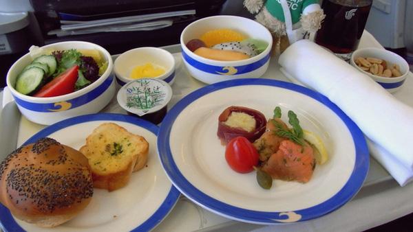 Bánh mỳ nướng bơ tỏi cùng món ăn chưa thể định hình, chỉ biết là ngon tại khoang hạng nhất.