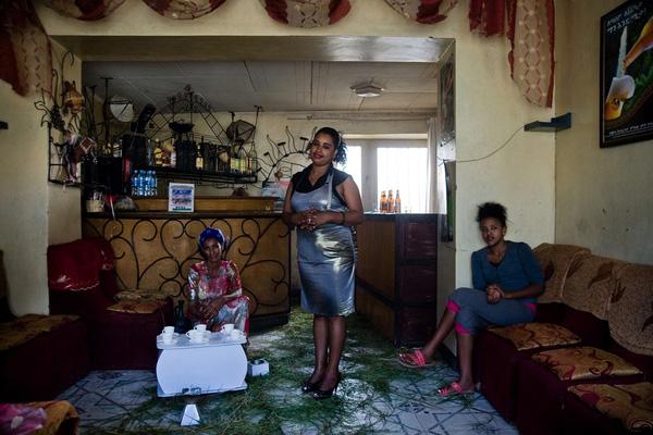 Trong nhà tù còn có cả quán bar. Chủ quán bar, cô Mihret G.Yohannes (29 tuổi) đang đứng giữa và 2 người bạn Tsehay Aberra, 36 tuổi, cùng Mebrat Shishay (9 tuổi). Cả 3 người đều đã từng phải ngồi tù.