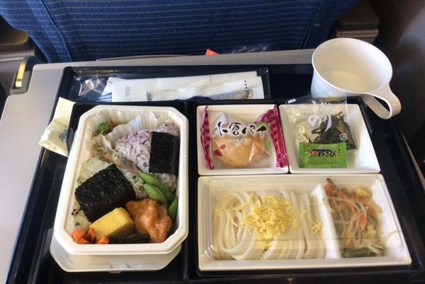 Bài trí thôi đã thấy rất Nhật Bản. Vô cùng gọn ghẽ, vô cùng ngăn nắp, món nào ra món ấy. Cảm tưởng người ta đang mang bento cơm ở nhà lên máy bay vậy.