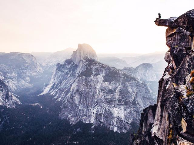 Bạn có tin đây là một bức ảnh do chính tay tôi, người đang ở trong khung hình kia tự chụp không? Thật khó tin nhưng đây là sự thật, 6h sáng tại công viên quốc gia Yosemite, tôi chông chênh trên vách đá với chiếc máy ảnh được đặt ở chế độ chụp tự động liên tiếp đợi mặt trời lên. Không từ nào có thể diễn tả được cảm xúc của tôi lúc đó, tưởng chừng như tôi có thể đưa tầm mắt của mình lang thang đến tận cuối chân trời vậy. Cảm giác tự do, phóng khoáng đó chắc cả đời này tôi cũng không thể nào quên.