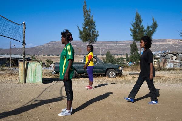 Những nữ tù nhân tham gia hoạt động ngoài trời.
