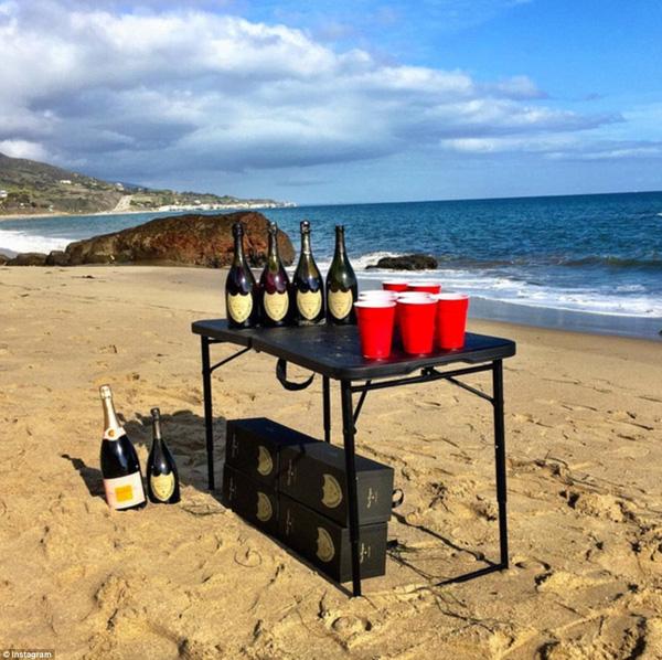 Trò Beer pong nổi tiếng phiên bản con nhà giàu với đồ chơi là những chai champagne đắt tiền nhất.