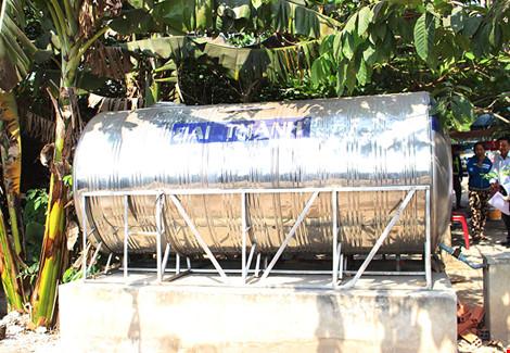 Nhiều địa phương vẫn chưa có bình chứa nước để dùng. Trong ảnh là một bình chứa nước ở xã An Nhơn Tây. Ảnh: LÊ THOA