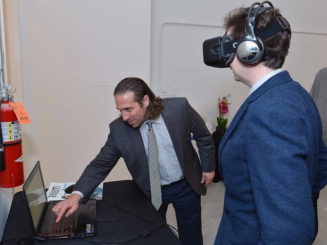 Ông Jeremy Bailenson biểu diễn một trải nghiệm thực tế ảo.