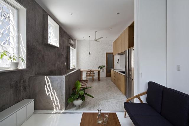 Các không gian trong nhà luôn tràn ngập ánh sáng tự nhiên nhờ hệ thống cửa sổ rộng.
