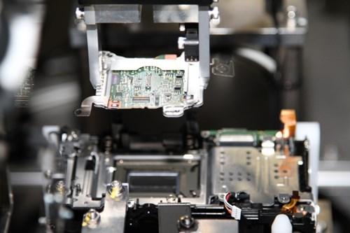 Rất nhiều khâu sản xuất máy ảnh tại nhà máy được sử dụng hoàn toàn bằng máy móc