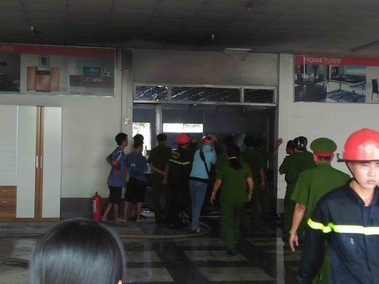 Cảnh sát PCCC phải phá cửa chính của kho để chữa cháy