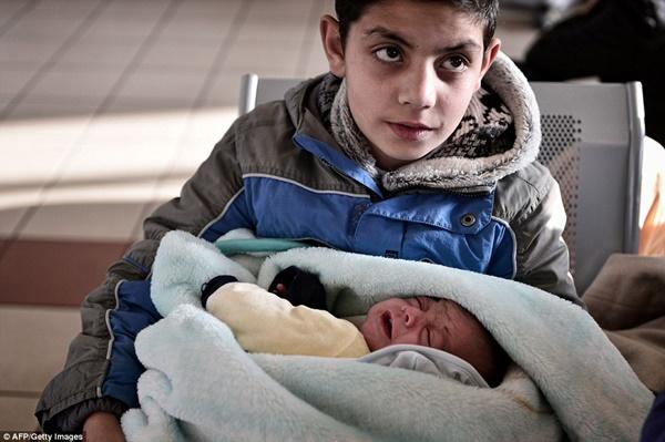 Có khoảng 2500 trẻ em đang sống cùng cha mẹ, người thân tại khu vực Idomeni, nơi có hàng rào dây thép gai dài hơn 30km để ngăn người di cư.
