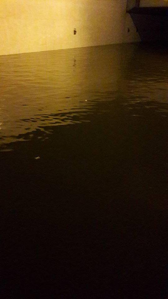 Đại lộ Thăng Long ngập trong nước. Mực nước được cho là cao tới 60-70cm.