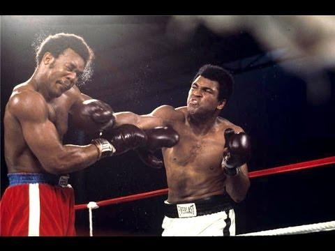 Muhammad Ali (phải) với cú đấm hạ gục George Foreman