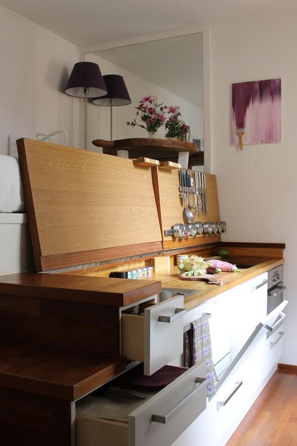 Đây chính là mẫu bàn bếp lý tưởng cho mọi gia đình, thực hiện đầy đủ các chức năng cần thiết mà chỉ chiếm một diện tích hết sức khiêm tốn.