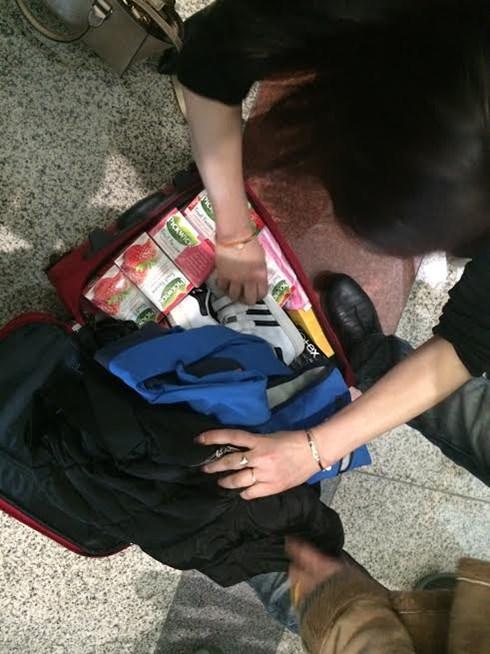 Valy bị bẻ khóa, hành khách kiểm tra lại hành lý thì phát hiện bị rút đồ.