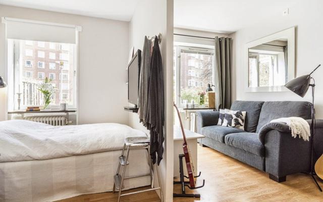 Khu vực phòng ngủ tuy không phải là một căn phòng riêng biệt nhưng ít nhiều cũng đáp ưng nhu cầu riêng tư cần thiết cho gia chủ. Một chiếc giường êm ái được phân vùng với khu vực tiếp khách bằng một bức tường mảnh mai.