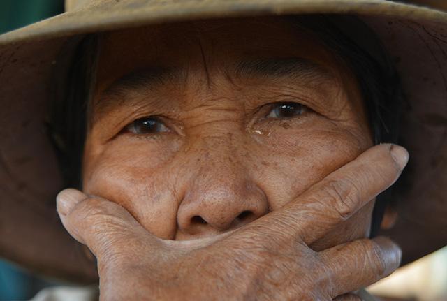 Bà Nguyễn Thị Trường nghẹn ngào: Hôm trước nhìn hàu chết tôi ngất xỉu trên ghe