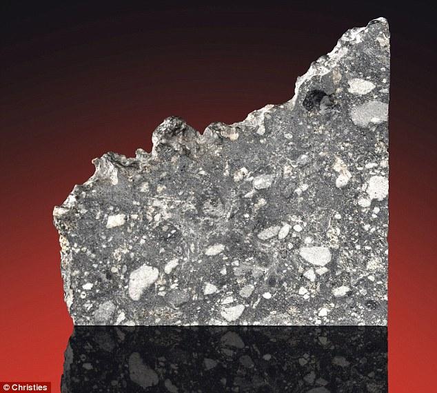 Dù chưa có nhiều người từng bước chân lên Mặt Trăng, bạn có thể mua tảng đá này làm cái kê chân ngay bây giờ. Có nguồn gốc từ Mặt Trăng, thiên thạch sẽ có giá vào khoảng 800 triệu đồng.