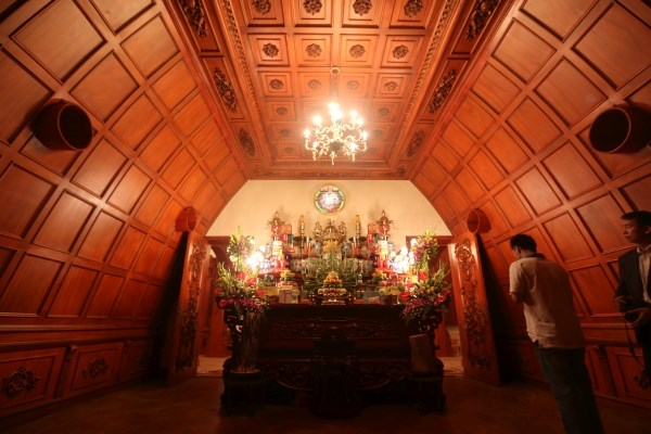 Gỗ quý bao phủ toàn bộ trần nhà.