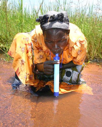 LifeStraw có thể giúp bạn uống nước thẳng từ sông, suối, hồ