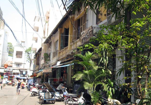 Dãy nhà bên phải trong hẻm 158 Nguyễn Công Trứ (Q.1, TP.HCM) xưa do Công ty Hui Bon Hoa xây dựng - Ảnh: HỒ TƯỜNG