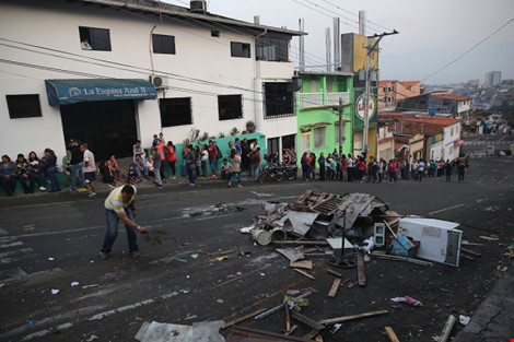 Người dân bang Tachira (Venezuela) tìm thức ăn trên đường phố. (Ảnh: GETTY IMAGES)
