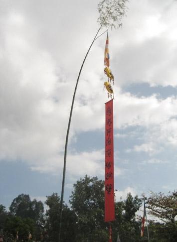 Cây nêu dựng tại chùa Long Sơn, Nha Trang. (Ảnh: wikipedia).