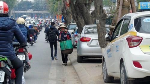 Vỉa hè phố Thái Hà bị biến thành nơi đỗ xe đẩy người đi bộ xuống lòng đường