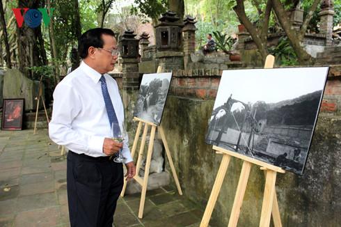 Nguyên Ủy viên Bộ Chính trị- Bí thư thành ủy Hà Nội Phạm Quang Nghị xem triển lãm ảnh tại Việt Phủ Thành Chương