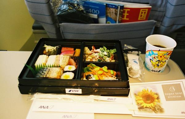 Còn đây là suất ăn đặc biệt của hạng phổ thông. Sashimi, Sushi muốn gì có nấy. Lại còn gọn gàng hơn nữa.