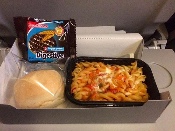 Nui bỏ lò cùng bánh mỳ và lương khô.