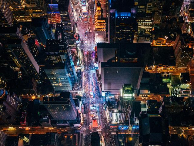 """Dù nhìn ở điểm nào, thành phố New York cũng hiện lên thật xinh đẹp, thế nhưng nếu bạn muốn tìm kiếm một góc nhìn thực sự """"độc"""" thì phải mạo hiểm một chút. Treo mình bằng dây nịt ở độ cao 2000m trên Quảng trường Thời đại là một ý tưởng điên rồ nhưng phần thưởng của sự mạo hiểm này cũng thật ngọt ngào và xứng đáng."""
