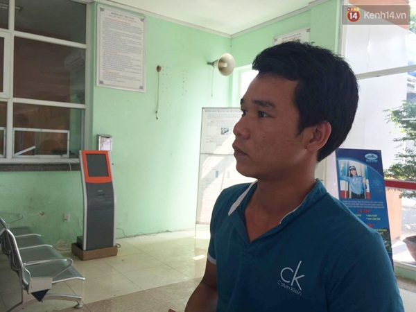 Anh Hào bức xúc vì mua vé từ hôm qua và chờ từ sáng đến giờ nhưng phải trả vé - Ảnh: Tứ Quý.