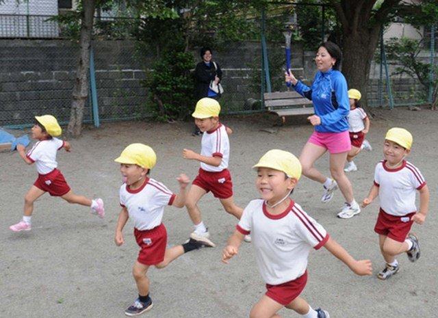 Các bài tập chạy bộ, đi bộ thường được trường học tổ chức cho các em tham gia.