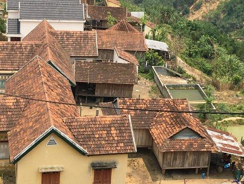 Những nhà sàn nhỏ được dựng phía sau các biệt thự để ở.