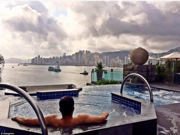 Javier Sidhu, chàng công tử gốc Á đang ngâm mình thư giãn ở bể bơi nước nóng, ngắm nhìn quang cảnh tuyệt vời của Hong Kong từ trên cao.